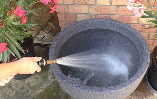 der Kübel wird mit Wasser gefüllt
